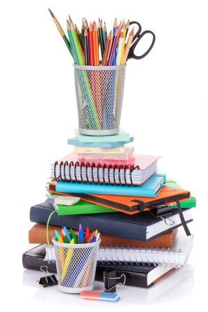 Foto de Material escolar y de oficina. Aislado sobre fondo blanco - Imagen libre de derechos