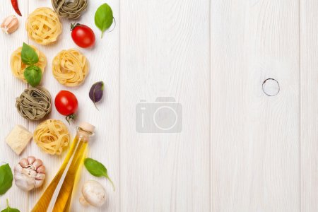 Photo pour Cuisine italienne, cuisine. Pâtes, tomates, basilic. Vue de dessus avec l'espace de copie - image libre de droit