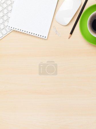 Photo pour Table de bureau avec le bloc-notes, ordinateurs et tasse de café. Vue d'en haut avec espace copie - image libre de droit