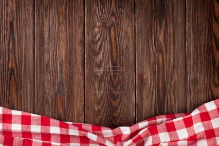 Foto de Mesa de cocina con toalla roja. Vista superior con espacio de copia - Imagen libre de derechos