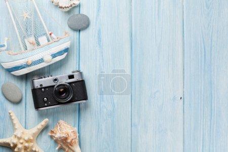 Photo pour Articles de voyage et vacances sur table en bois. Vue de dessus avec l'espace de copie - image libre de droit