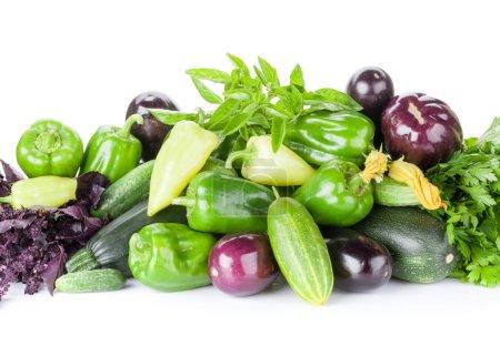 Photo pour Légumes du jardin frais fermiers et herbes. Isolé sur fond blanc - image libre de droit
