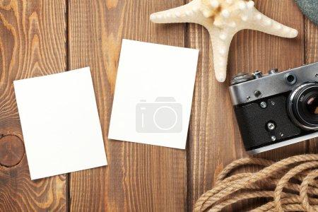Photo pour Voyages et vacances cadres photo et articles sur table en bois. Vue de dessus - image libre de droit