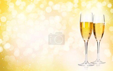 Photo pour Deux verres à champagne sur fond de Noël avec espace de copie - image libre de droit