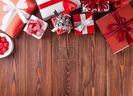 Photo pour Coffrets cadeaux sur table en bois. Vue supérieure avec espace de copie - image libre de droit