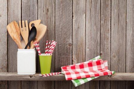 Photo pour Ustensiles de cuisine sur étagère contre mur rustique en bois avec espace de copie - image libre de droit