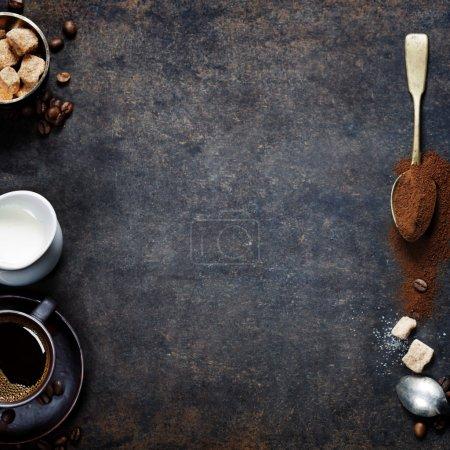 Photo pour Vue du dessus de trois variétés différentes de grains de café sur fond vintage foncé - image libre de droit