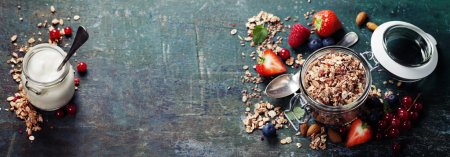 Photo pour Petit déjeuner sain de muesli, baies avec du yaourt et des graines sur fond sombre - Alimentation saine, Régime alimentaire, Désintoxication, Manger propre ou concept végétarien . - image libre de droit