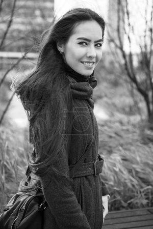 Photo pour Attrayant jeune femme avec de longs beaux poils posant en plein air . - image libre de droit