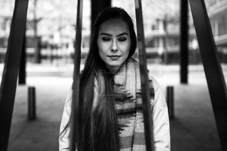 Photo pour Portrait de plein air de belle jeune femme avec des poils long belles. - image libre de droit