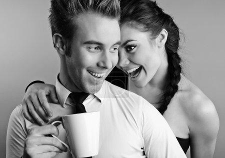Photo pour Jeune couple attrayant et positif posant sur fond de studio. Photo noir-blanc . - image libre de droit
