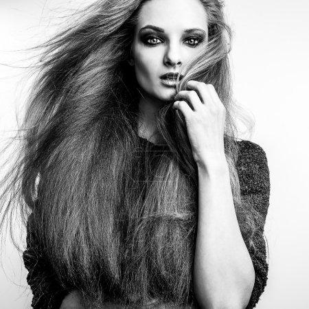 Photo pour Portrait noir-blanc de belle jeune femme aux magnifiques poils longs . - image libre de droit