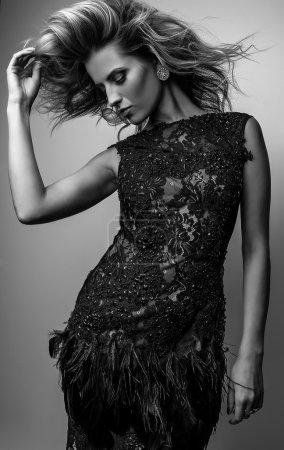 Photo pour Portrait noir-blanc de belle femme à la mode . - image libre de droit