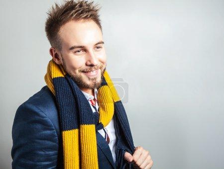 Élégant & Positif jeune bel homme en écharpe colorée. Studio portrait de mode .