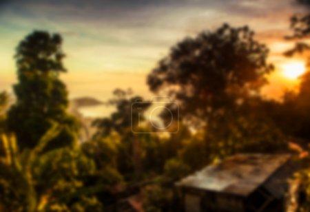 Belle vue tropicale floue dans le flou. Photo de paysage avec rochers et mer