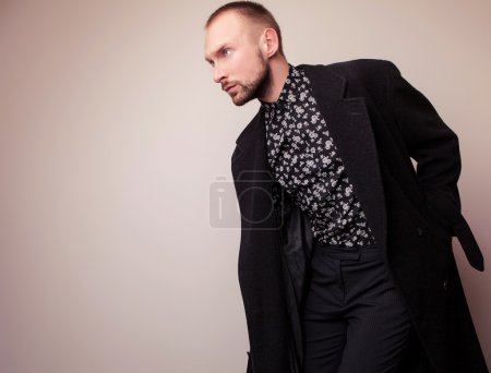 Photo pour Élégante jeune bel homme au long manteau de laine. Portrait de Studio mode. - image libre de droit