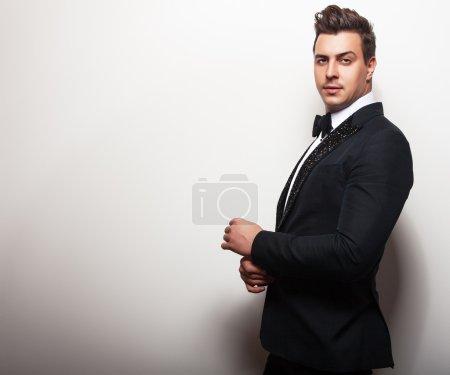 Photo pour Elégant jeune homme beau en costume de luxe noir. Studio portrait de mode . - image libre de droit
