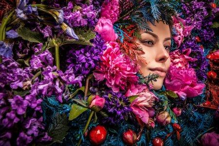 Photo pour Conte de fées fille portrait entouré de plantes naturelles et de fleurs. Image d'art dans la stylisation fantastique lumineux . - image libre de droit