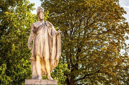 Photo pour Sculpture antique dans le parc ensemble du Louvre. Paris - France . - image libre de droit