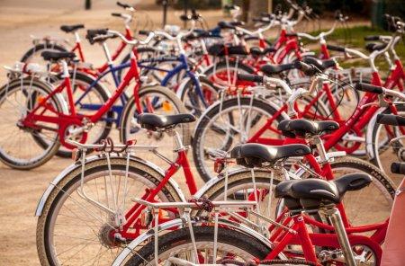 Photo pour Location de vélos de ville sur parking à Paris, France - image libre de droit