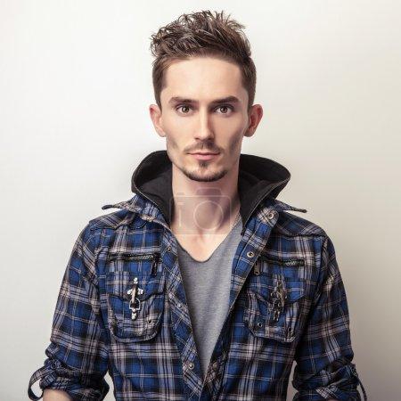 Photo pour Portrait studio de jeune homme beau dans une veste élégante bleu foncé . - image libre de droit