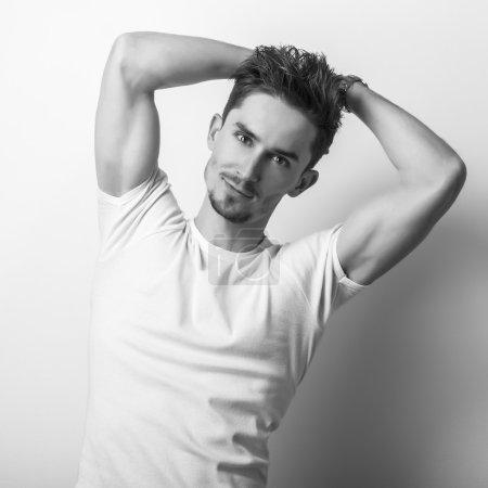 Photo pour Portrait studio noir-blanc d'un jeune bel homme . - image libre de droit