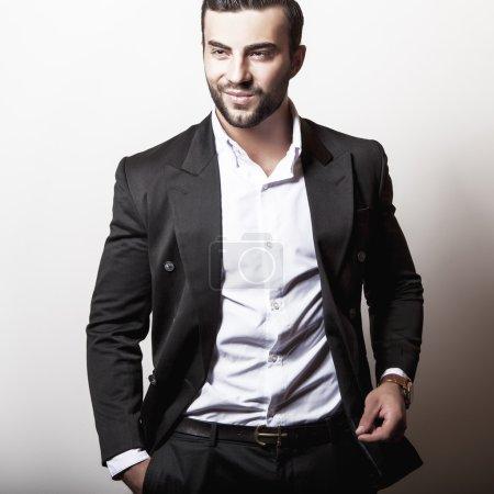 Photo pour Elégant jeune homme beau en costume noir classique. Studio portrait de mode . - image libre de droit