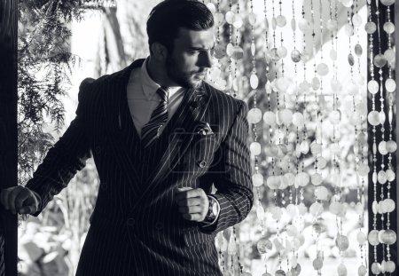 junger modischer Mann im klassischen Anzug