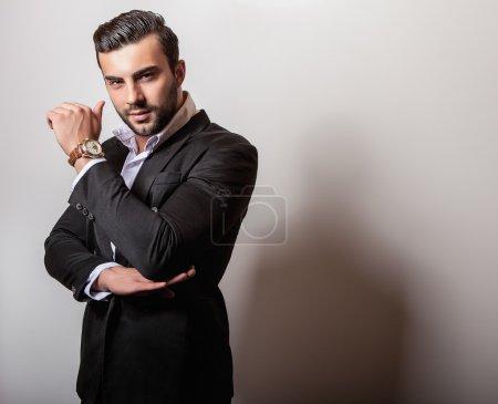 Photo pour Elégant jeune homme beau. Studio portrait de mode. - image libre de droit