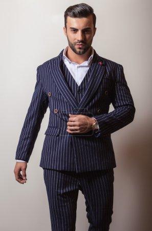 Photo pour Elégant jeune homme beau en costume classique. Studio portrait de mode . - image libre de droit