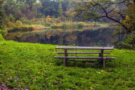 Photo pour Ancien banc dans le parc d'automne. Haarlem - Hollande - image libre de droit