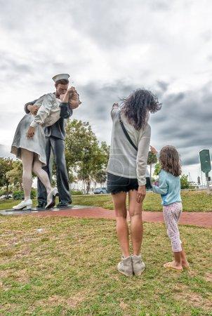 Photo pour Sarasota, Fl - 13 Jan: La statue intitulée « Capitulation » dans le centre de Sarasota, en Floride, le 13 janvier 2016. La statue a été renversée par une voiture et supprimée pour les réparations sur 27 avril 2012. - image libre de droit
