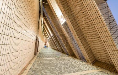 Photo pour Tunnel à l'intérieur des bâtiments modernes . - image libre de droit
