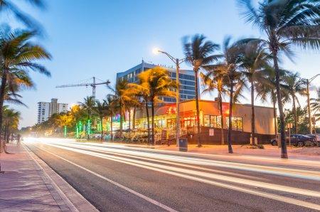 Photo pour Incroyable vue de nuit sur l'avenue Fort Lauderdale près de la mer . - image libre de droit