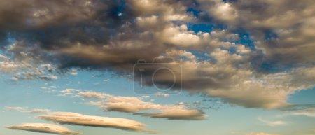 Photo pour Vue panoramique du ciel nuageux au crépuscule . - image libre de droit
