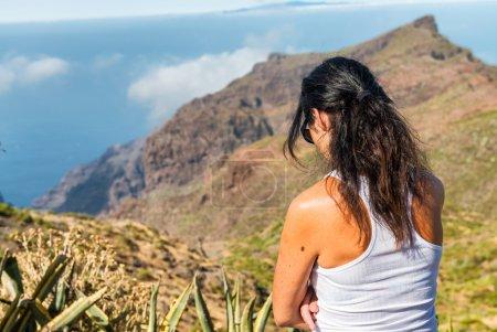 Photo pour Femme pensée profonde en plein air avec scénario de montagne. Concept de tristesse et de solitude - image libre de droit