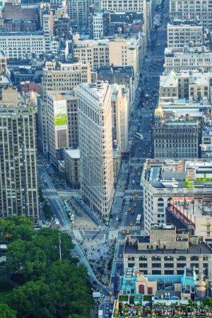 Photo pour New york, ny, é.-u. - 9 juin : vue aérienne du bâtiment de fer plat, construite en 1902 est des premiers gratte-ciel jamais construit, prise le 9 juin 2013 à new York, États-Unis - image libre de droit