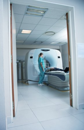 Tomography scan with patient and  doctor