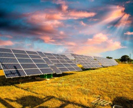 Foto de Paneles solares en un campo de paisaje con cielo soleado. - Imagen libre de derechos