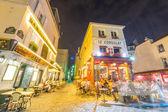 Turisté prohlídku ulic Montmartru v noci