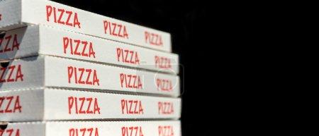 Photo pour Grande pile de boîtes à pizza. Isolé sur noir . - image libre de droit