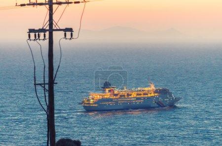 Photo pour Bateau de croisière quittant l'île . - image libre de droit