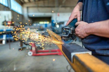 Photo pour Meulage de roue électrique sur structure en acier en usine . - image libre de droit
