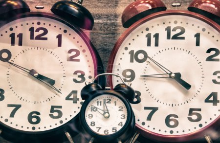 Photo pour Rétro, horloges vintage, réveils dans la boutique italienne - image libre de droit