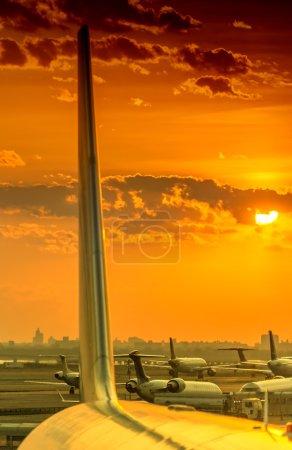 Photo pour Avions de passagers avion prêt à décoller des pistes contre le beau ciel crépusculaire. Utilisez pour le transport aérien, voyage et voyage d'affaires de l'industrie . - image libre de droit