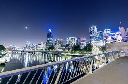Photo pour Superbe horizon nocturne de Melbourne avec des reflets de rivière . - image libre de droit