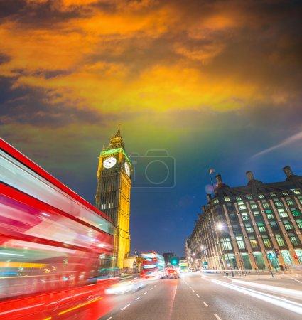 Photo pour Londres. Scène nocturne avec bus rouge traversant Westminster. Feux de circulation . - image libre de droit