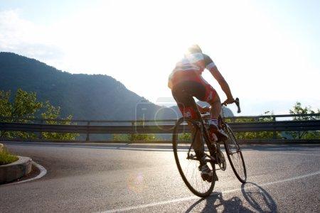 Photo pour Cycliste en montée sur une route de montagne, Italie - image libre de droit