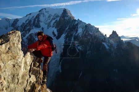 Photo pour Homme grimpeur, sport d'escalade, orientation horizontale, lumière du jour ; massif du Mont Blanc - image libre de droit