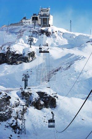 Photo pour Téléphérique Cervinia (Italie) ; saison d'hiver ; orientation verticale - image libre de droit